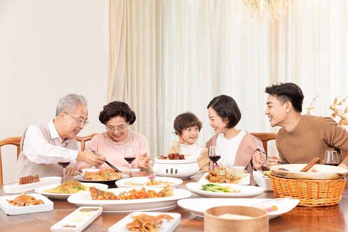 Cùng gia đình ăn môt bữa cơm ấm cúng là món quà tuyệt vời cho người phụ nữ